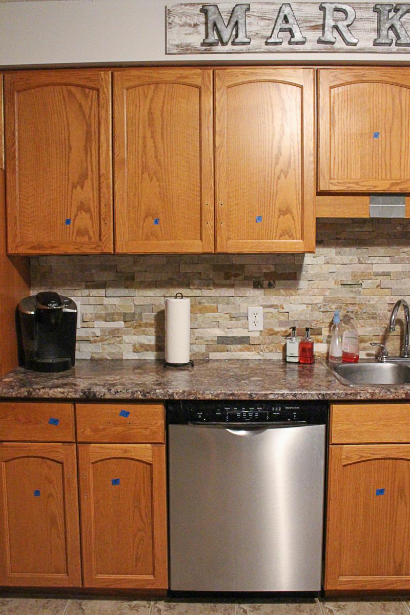 Tanggalkan Semua Engsel Tombol Yang Terdapat Pada Kabinet Dapur Anda